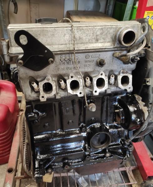 Photo d'un bloc moteur T2 en cours de réfection