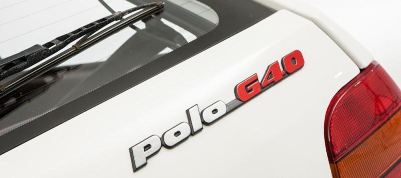Photo d'illustration du logo arrière d'une polo G40 blanche